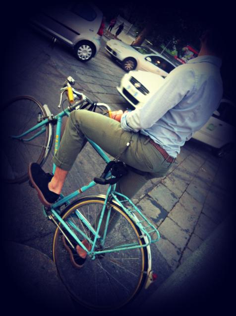 ybici celeste, bicicletta celeste, uomo in bici, bici vintage, bicicletta vintage, vintage bike, vintage cycle, milano street style, milan street style, italia street style, italy street style