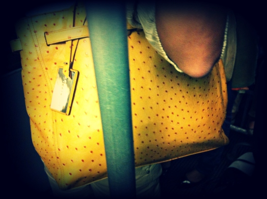 milan street style, milano street style, borsa coccinelle, borsa gialla, borsa stampa a struzzo