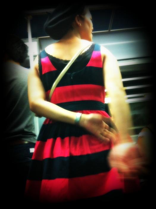 milan street style, milano street style, vestito a fasce rosse e nere, basco