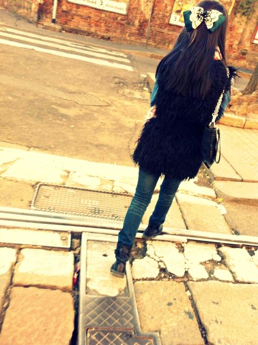 gilet di pelliccia, gilet nero, gilet nero di pelliccia, fiocco fermacapelli, street style, milano street style, milan street style, italy street style, italia street style, italian street style