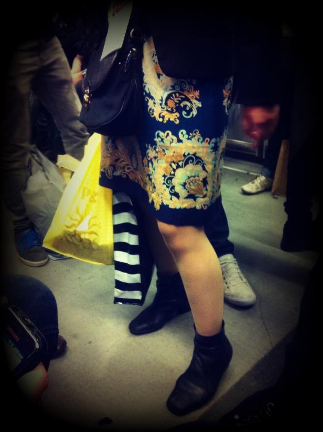 gonna di seta, gonna a fiori, stivaletti, milano street style, milan street style, italy street style, italian street style, italia street style, fashion blogger, borsa di sephora, turisti milano