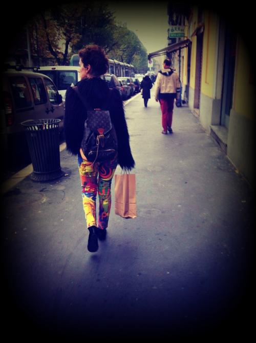 leggins, leggings, leggins fluo, leggings fluo, leggins neon, leggings neon, leggings patchwork, leggins patchwork, pelliccia nera, zainetto louis vuitton, borsa vintage louis vuitton, zainetto vintage louis vuitton, milan street style, milano street style, italy street style, italian street style, italia street style, street style, louis vuitton, vintage louis vuitton, fashion blogger