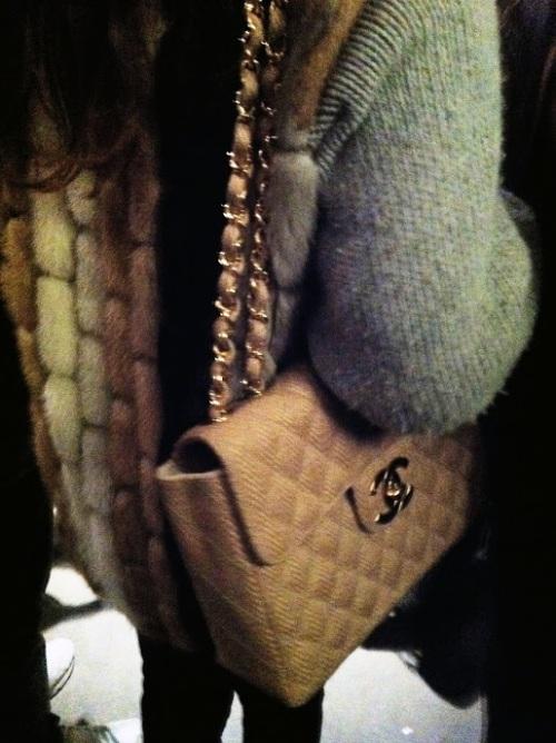 outfit vintage, borsa vintage chanel, borsa 2.55 chanel, borsa beige chanel cetena dorata, borsa chanel, smanicato pelliccia, gilet pelliccia, street syle, milano