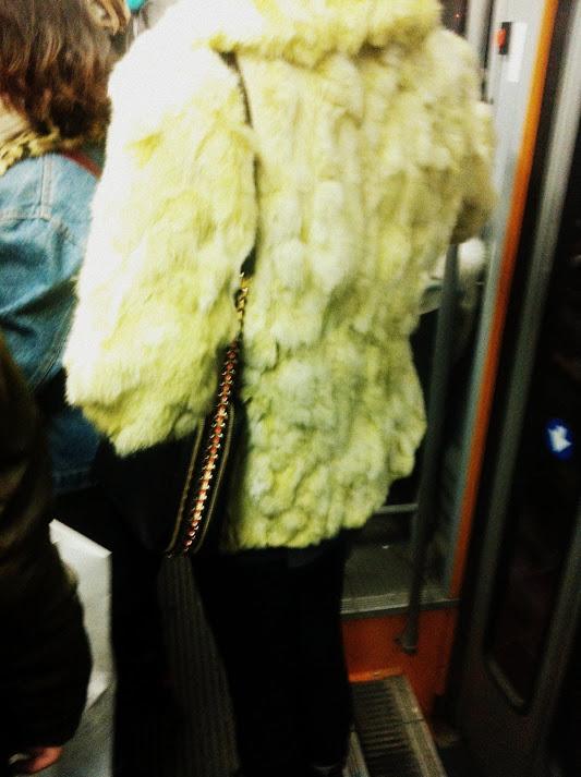 pelliccia bianca, ecopelliccia, eco pelliccia, pelliccia ecologica, borsa catenella, borsa a spalla, pelliccia vintage, street style, milano street style, milan street style, milan urban style