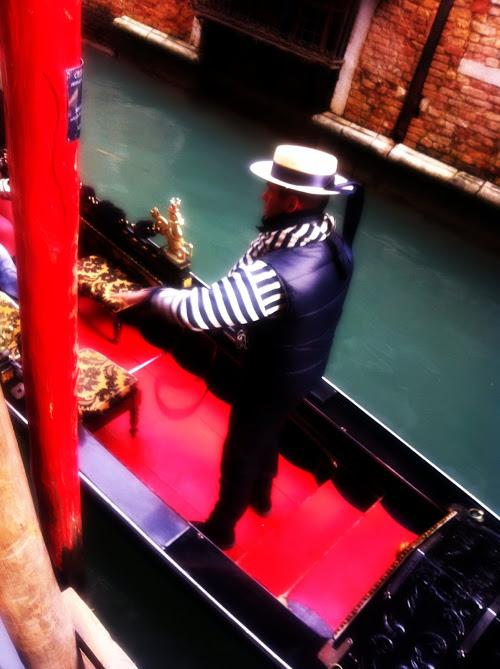 gondola, gondoliere, venezia, carnevale di venezia, abblgiamento da gondoliere,fashion blob fashion blogger