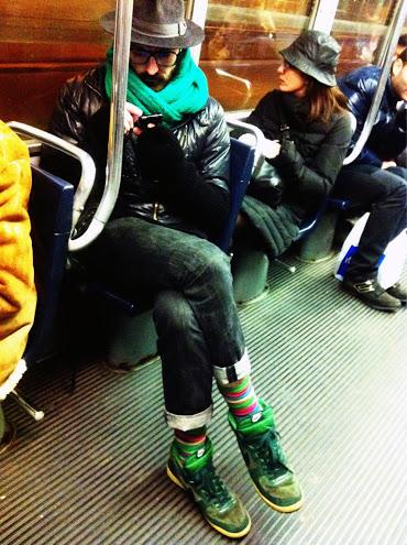 cappello borsalino, calze a righe colorate, sneakers verdi, outfit uomo, sciarpa verde, sciarpa verde acqua, giacca in pelle, giubbotto in pelle, jeans con risvolto, jeans skinny con risvolto, jeans skinny da uomo, italian street style, italy street style, milano street style, milan street style