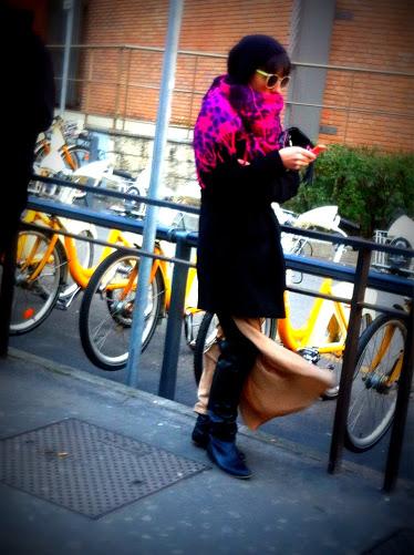 milan street style, milano street style, bikemi, gonna doppio spacco, maxi sciarpa viola, occhiali fluo, basco, fashion blog, fashion blogger, snapshot