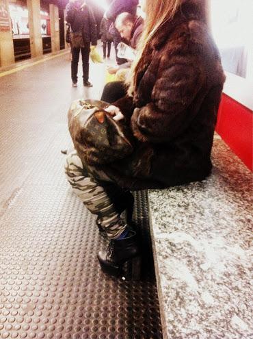 pantaloni mimetici, pelliccia, bauletto louis vuitton, borsa  louis vuitton, street style, milan street style
