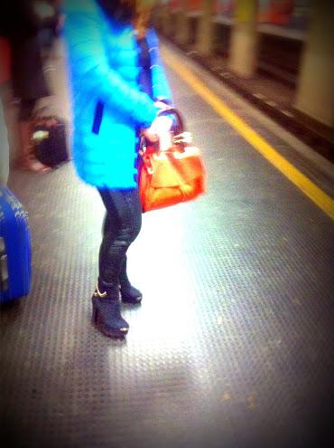 piumino celeste, piumino turchese, borsa arancio, borsa arancione, milan street style, milano street style