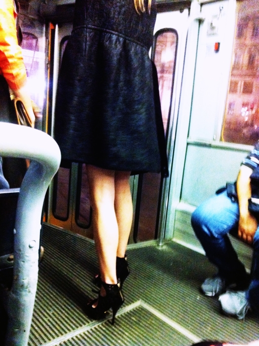 soprabito nero, scarpe con cavigliera, tram, tram milano, milan street style, milano street style, atm, outfit elegante