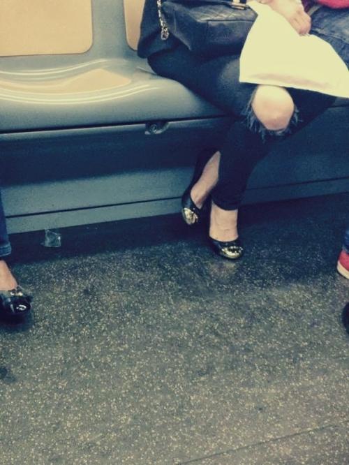 borsa chanel, ballerine punta dorata, ballerine punta oro, jeans strappati, milan street style