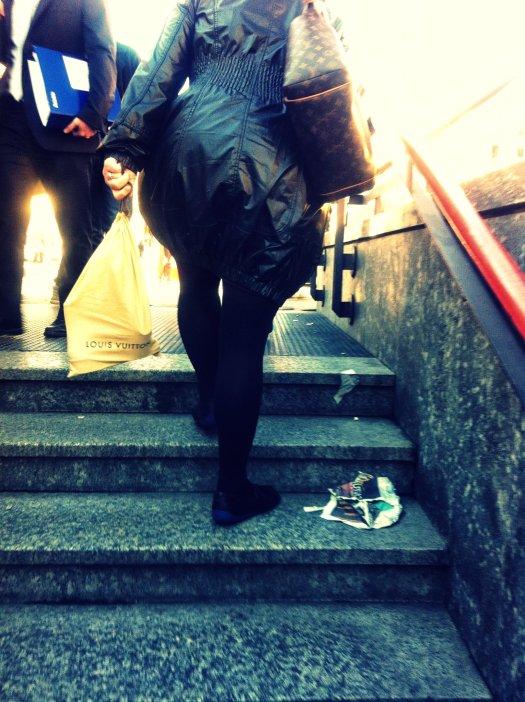 spolverino nero, trench nero, impermeabile nero, soprabito nero, borsa louis vuitton, milan street style