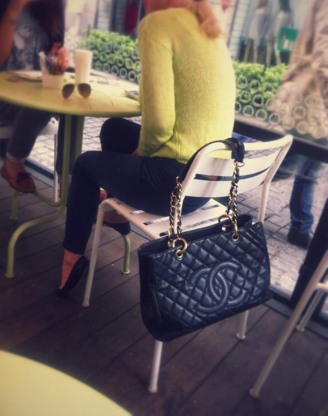 borsa chanel, maglia verde acido, milan street style