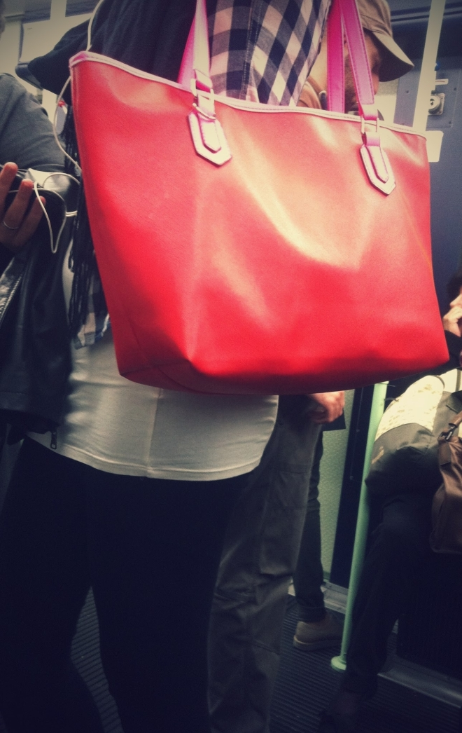 borsa rossa con bordi rosa, borsa rossa e rosa, milan street style