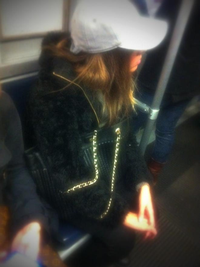 milan street style, pelliccia, cappello con visiera