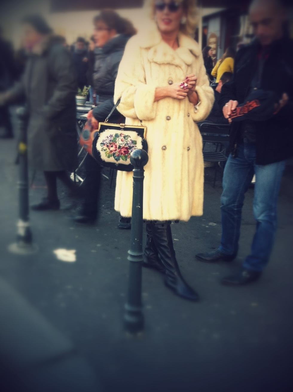 pelliccia bianca vintage, borsa tappezzeria vintage, milano street style