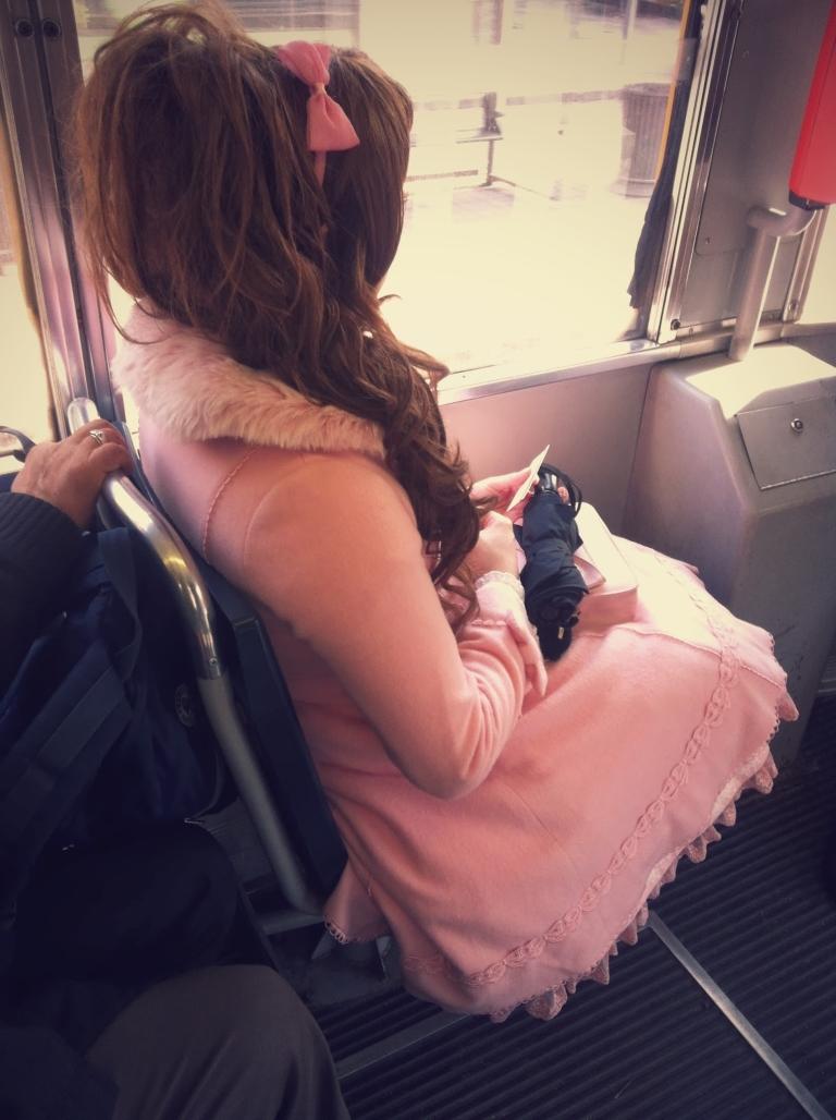 cosplay milano, cappotto rosa con pelliccia, cerchietto con fiocco rosa