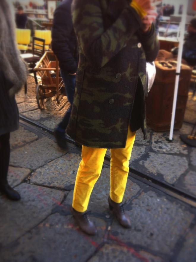 pantaloni gialli, cappotto mimetico, tronchetti stringati, milan street style